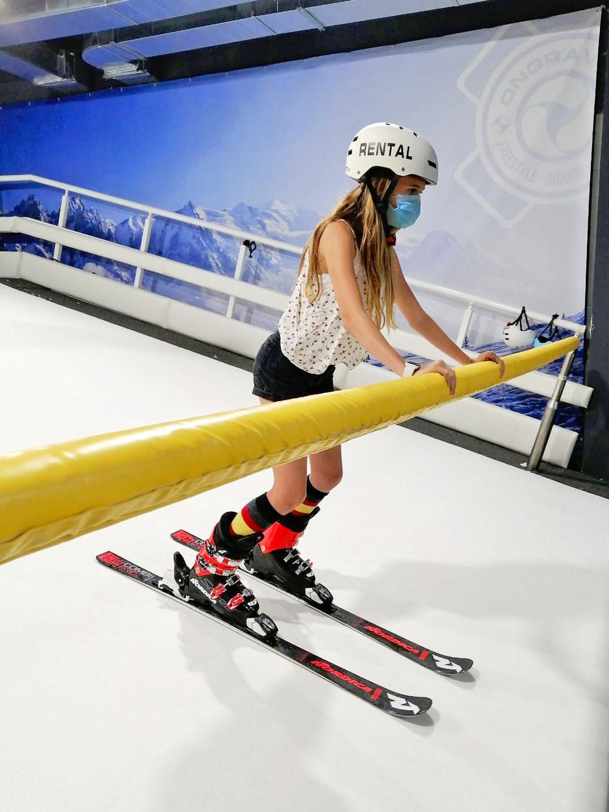 Esquí indooó esquí en pista de pendiente infinita